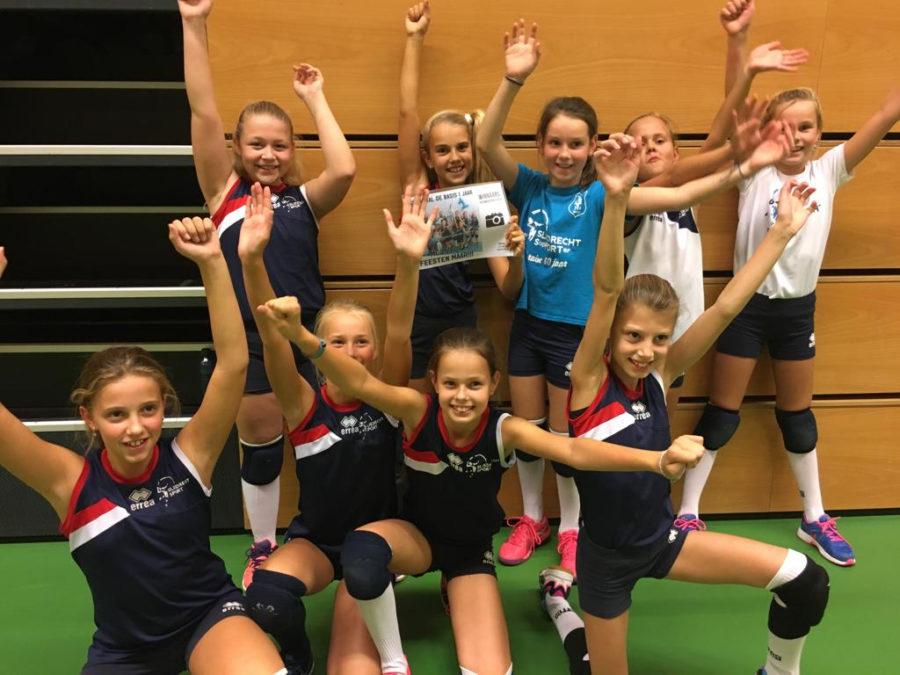 Meisjes C3 viert winst in fotowedstrijd uitbundig