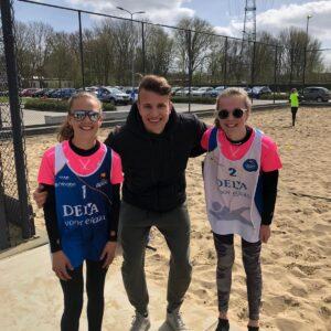 Laura & Julia winnen Beachtoernooi