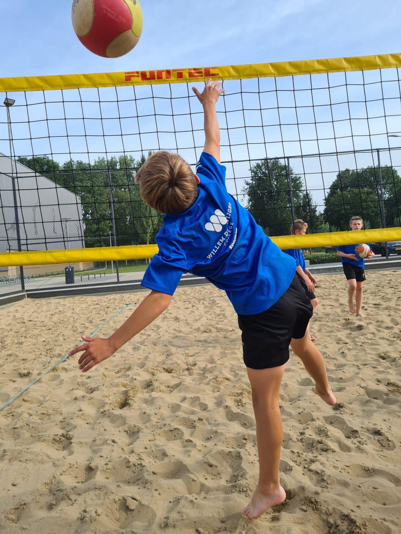 Gratis beach- of zaalvolleybalclinics voor scholen